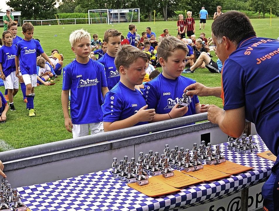 Für jeden Spieler gab es einen Pokal und eine Urkunde.  | Foto: Jürgen Schweizer