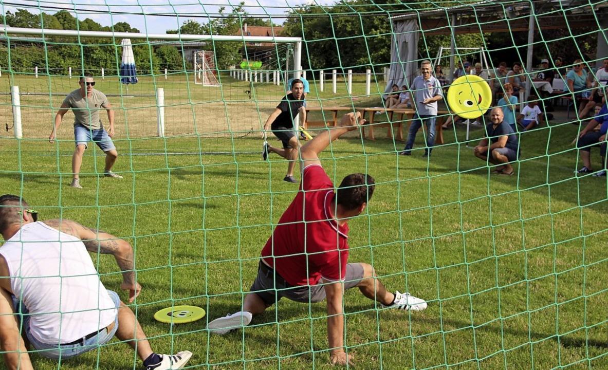 Frisbee-Gaudi bei der Spaßolympiade der Vereine beim Sportfest in Hecklingen  | Foto: Werner Schnabl