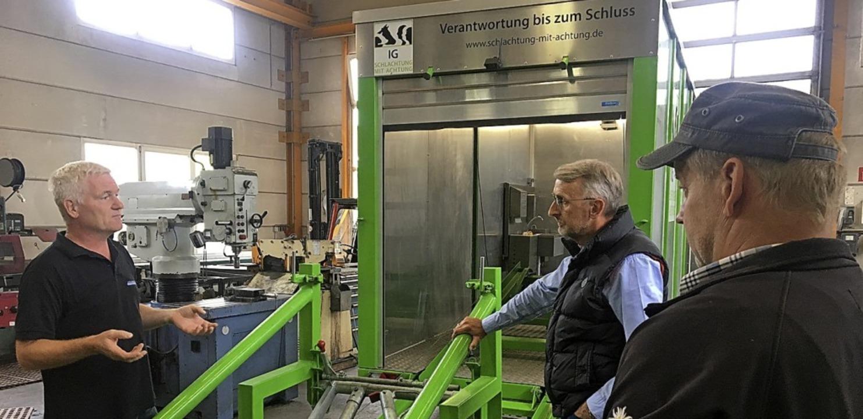 <BZ-FotoAnlauf>SchlachtUNG mit Achtung...uf> Armin Schuster (Mitte) fragt nach.  | Foto: Büro Schuster