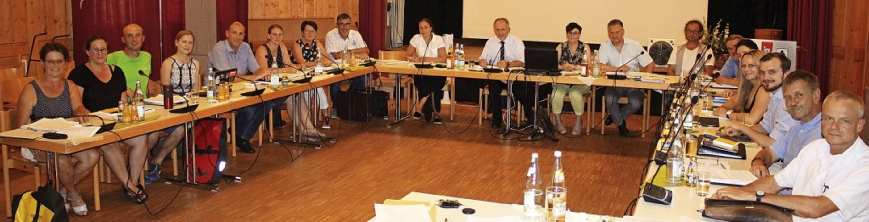 Der neue Gemeinderat Gutach: Rechts  d...nks) und Rieser (Sechster von links).   | Foto: Karin Heiß