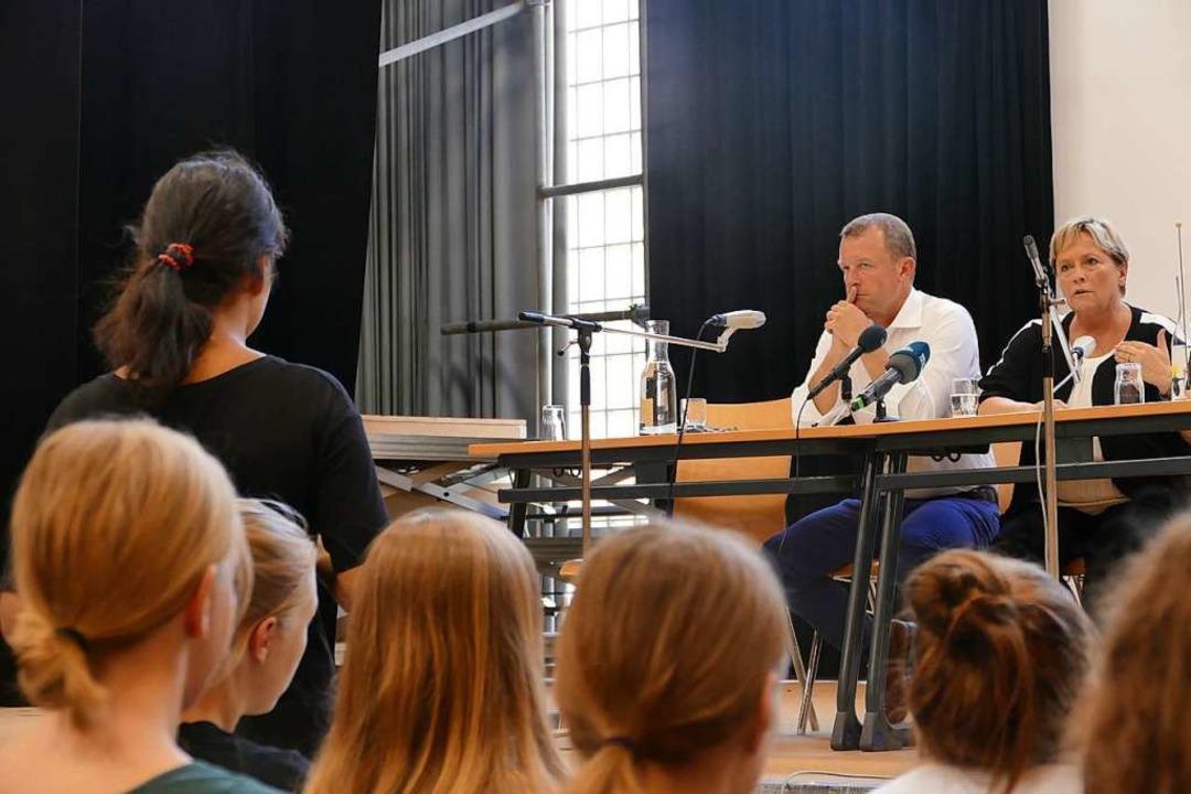 Rede und Antwort stand Susanne Eisenmann (rechts) Schülern der Campusschulen.  | Foto: Lukas Müller