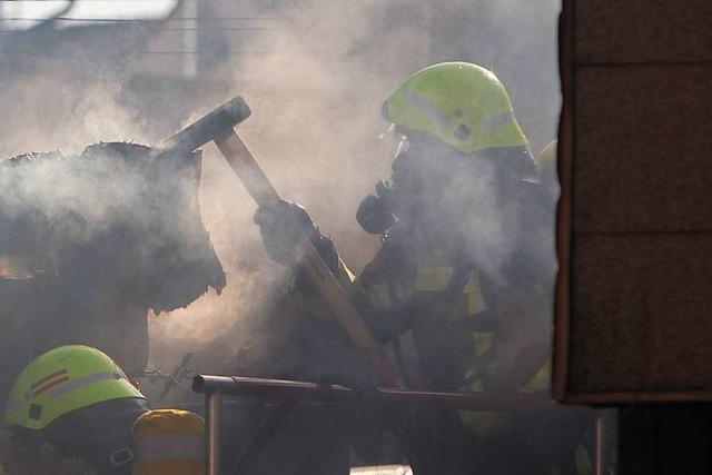 Emmendinger Feuerwehr löscht Brand in Schuppen einer Pizzeria