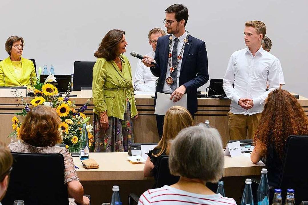 OB Martin Horn (mit Amtskette) verpfli...Sumbert auf ihr Mandat im Gemeinderat.  | Foto: Ingo Schneider
