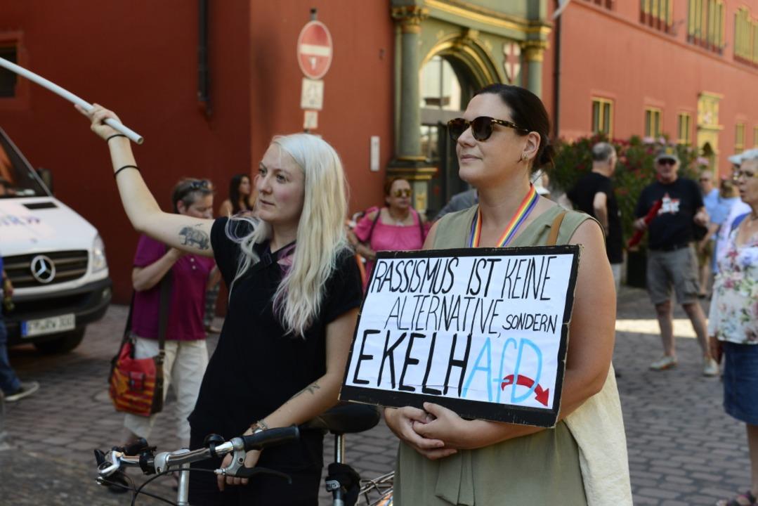 Demonstranten vor dem Rathaus  | Foto: Ingo Schneider