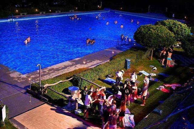 Jugendliche können am Samstag im Mondschein schwimmen und feiern