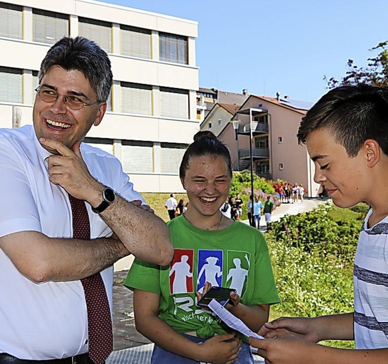 Landrat Martin Kistler stellt sich ber...er für die Schülerzeitung interviewen.  | Foto: Martha Weishaar