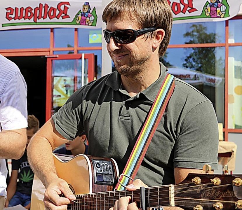 Markus Hägele (rechts) leitet den Schu... vertextetes Lied der Naturparkschule.  | Foto: Martha Weishaar