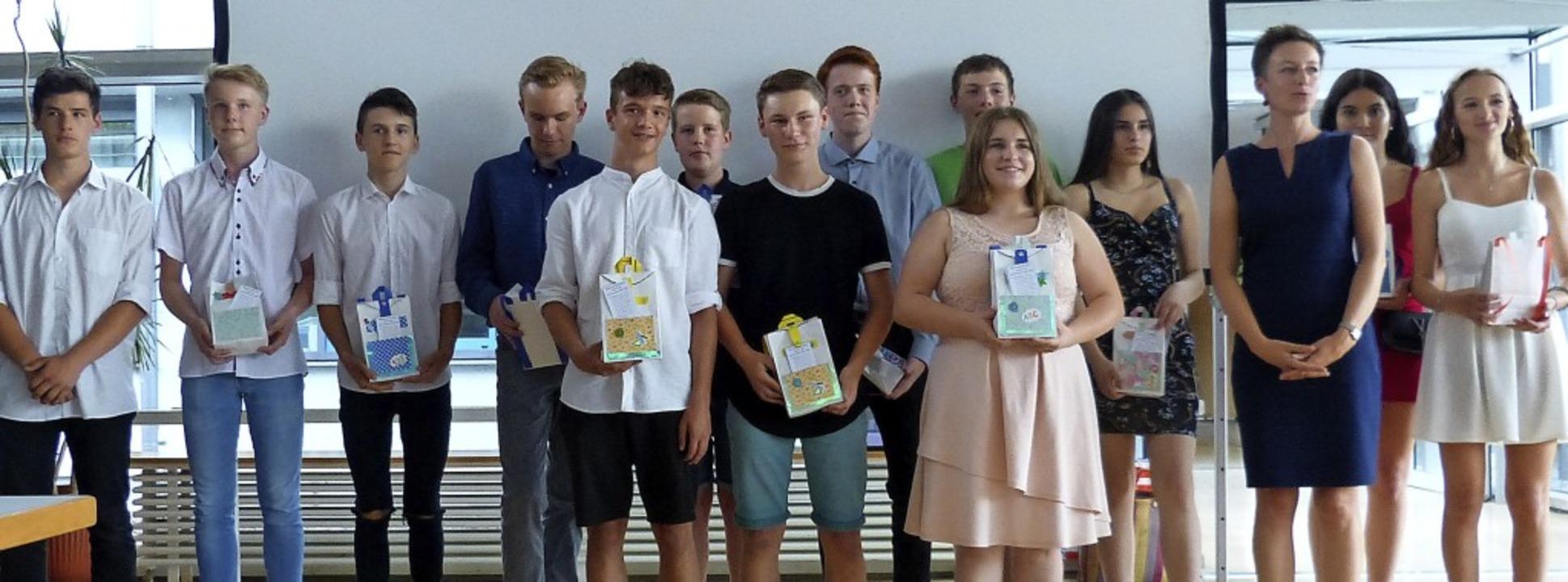 14 stolze Absolventen der Ihringer Gem...rechts) über den Hauptschulabschluss.   | Foto: Susanne Bremer