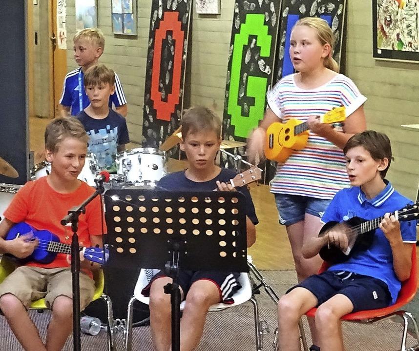Mit selbstgeschriebenen Songs begrüßte...s Sommerfestes am Oberrheingymnasium.     Foto: Yvonne Siemann