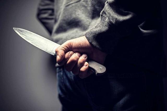 Mann soll mit Messer auf Angestellten eines Lokals losgegangen sein
