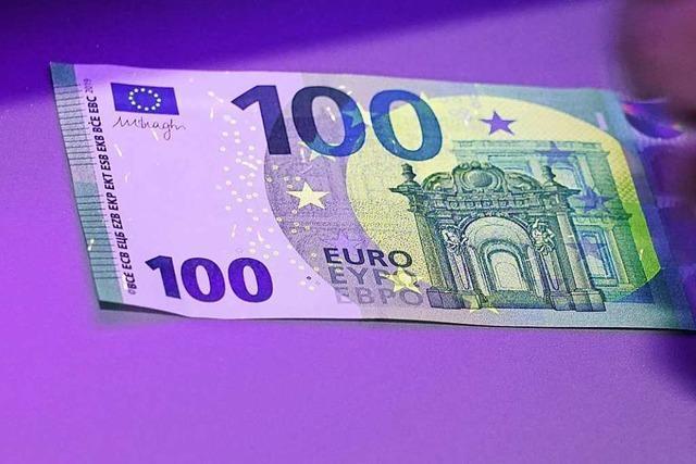Pärchen zahlt in Weil am Rhein mit falschem 100-Euro-Schein
