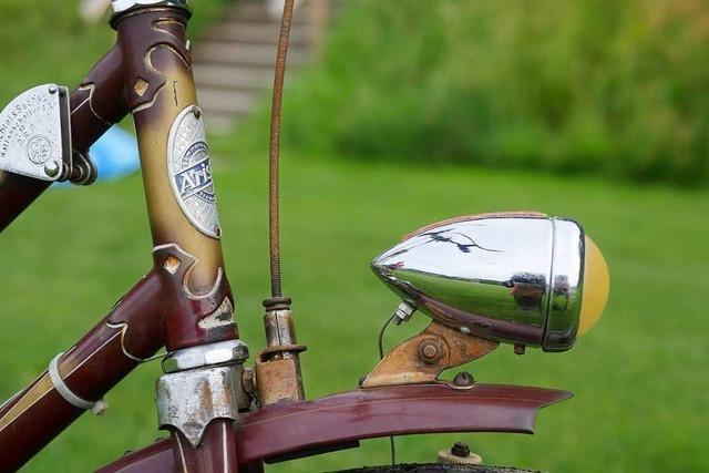 Bei einem Musikhock in Buchenbach werden alte Fahrräder gezeigt