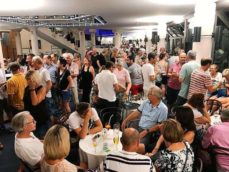 Drangvolle Enge im Kurhaus anstatt vor...Mann: Konzertabbruch in Bad Krozingen.  | Foto: Hans-Peter Müller