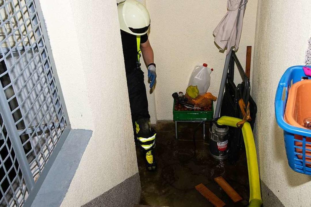 Feuerwehrmann bei einem Einsatz im Güterweg in Müllheim.  | Foto: Volker Münch