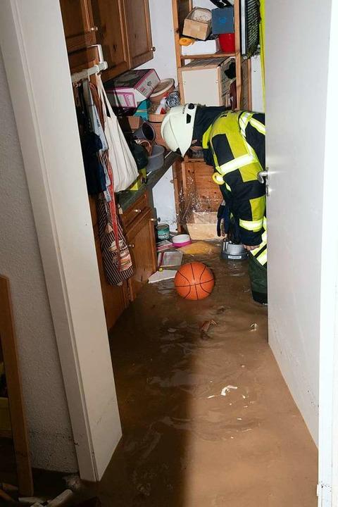 Ein Feuerwehrmann beim Einsatz in einem Keller in Hügelheim.  | Foto: Volker Münch