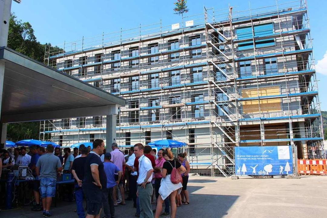 Raumhohe Fenster und eine Holzelementb...ossige Verwaltungsgebäude der EWS aus.  | Foto: Martin Klabund