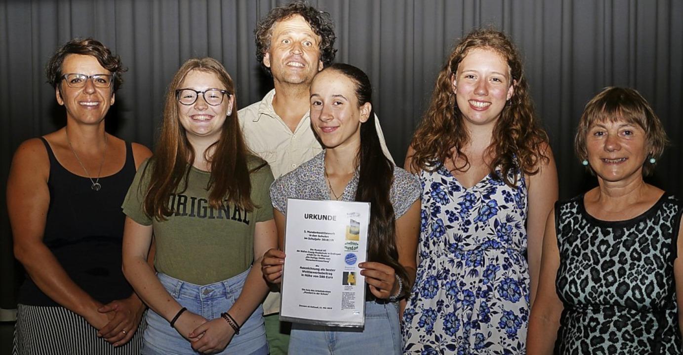 Stellvertretend für die Musical AG nah...itglied Friedel Scheer-Nahor entgegen.  | Foto: Christa Hülter-Hassler