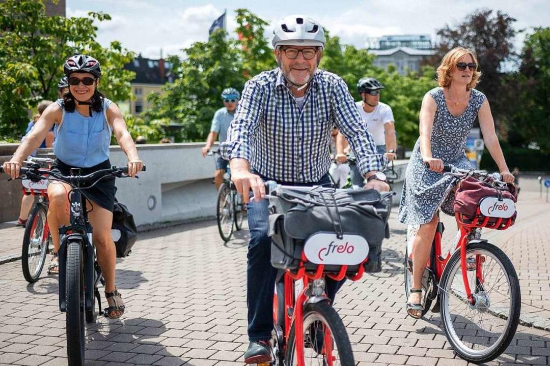 Mit Velo und Frelo: Stadträtin Nadyne ...ter von rechts) auf der Wiwilibrücke.   | Foto: Peter Herrmann