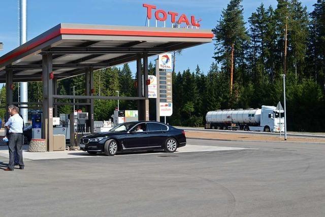 Neue Tankstelle mit Rastanlage an der B 31 bei Friedenweiler eröffnet