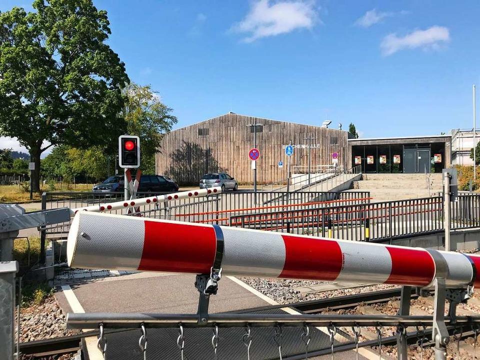 Der Übergang ist an zwei Stellen für F...0 Uhr fuhren die Bahnen wieder normal.  | Foto: Hans-Peter Müller