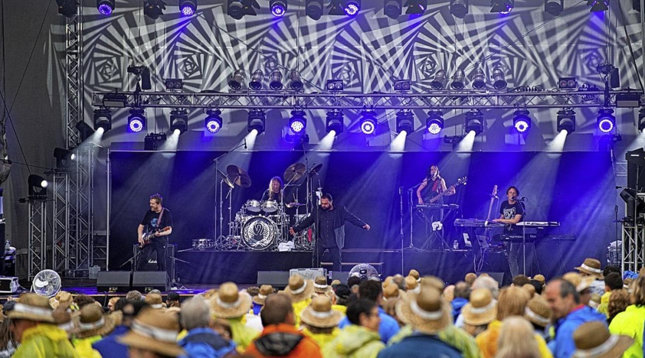 Neben bekannten Hits ein ausgefallenes Bühnenbild: Alphaville  | Foto: Wolfgang Scheu
