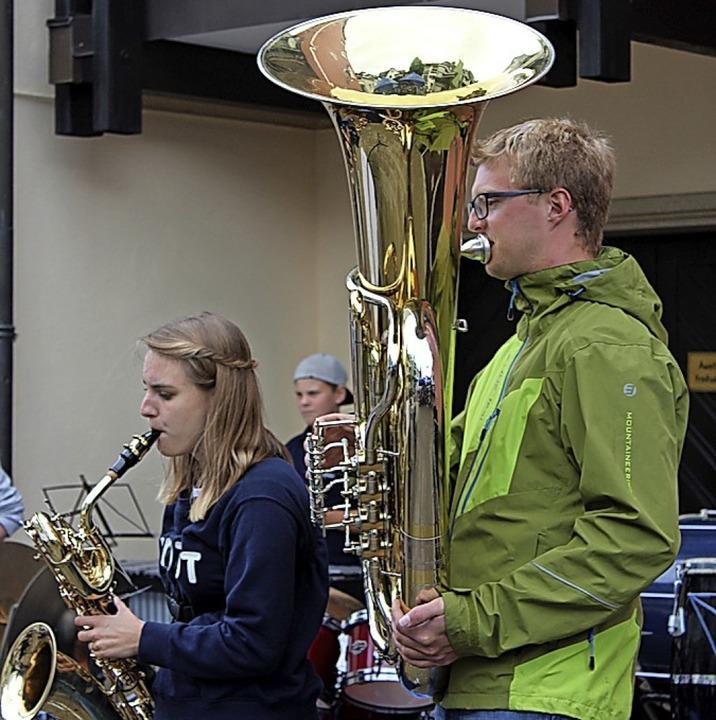 Das Jugendblasorchester spielte am Sonntagnachmittag auf der Festmeile.  | Foto: Christa Maier