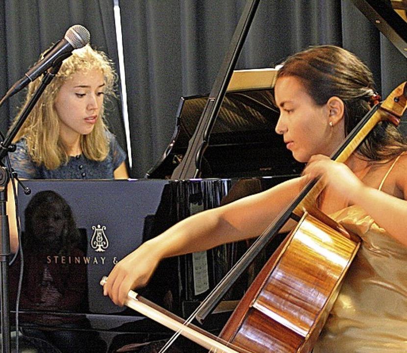 Julia Pleininger am Klavier und Natali...ische Märchen von Peter und dem Wolf.     Foto: Charlotte Fröse