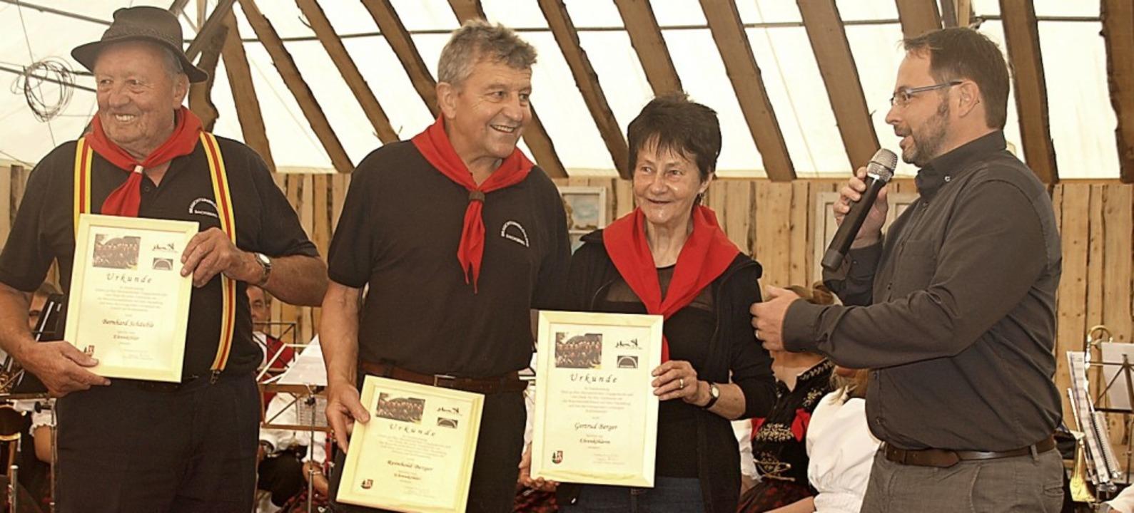 Am Sonntag wurde auf dem Dachsberg zum...rud Berger (von links) zu Ehrenköhlern  | Foto: Karin Stöckl-Steinebrunner