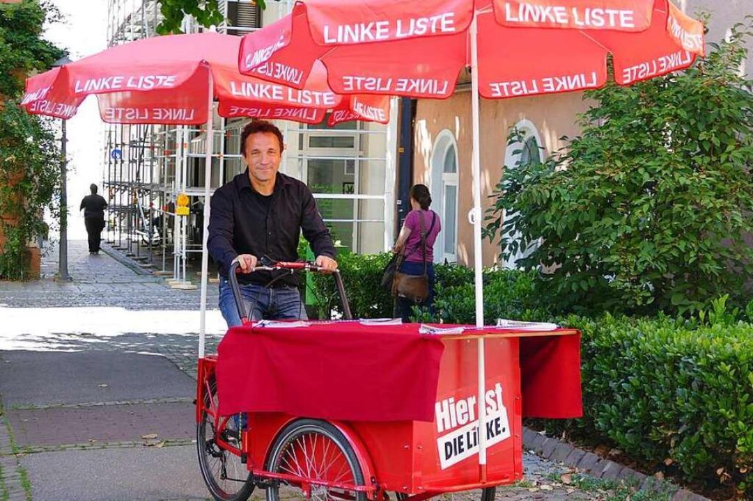 Oßwalds Begleiter im Wahlkampf: ein rotes Lastenrad.  | Foto: Mark Alexander
