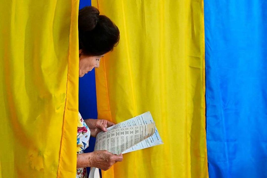 Eine Frau bei der Wahl am 21. Juli in Kiev  | Foto: GENYA SAVILOV (AFP)