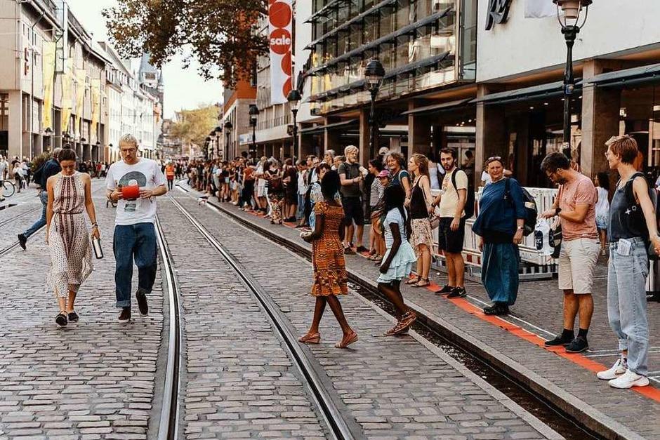 Fotos Rund 600 Menschen Bilden Auf Freiburgs Kajo Eine