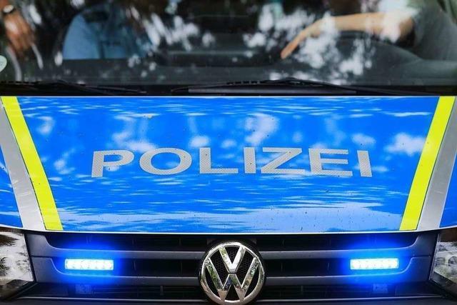 Lkw-Fahrer prallt in Zell mit Ladebordwand gegen Straßenlaterne