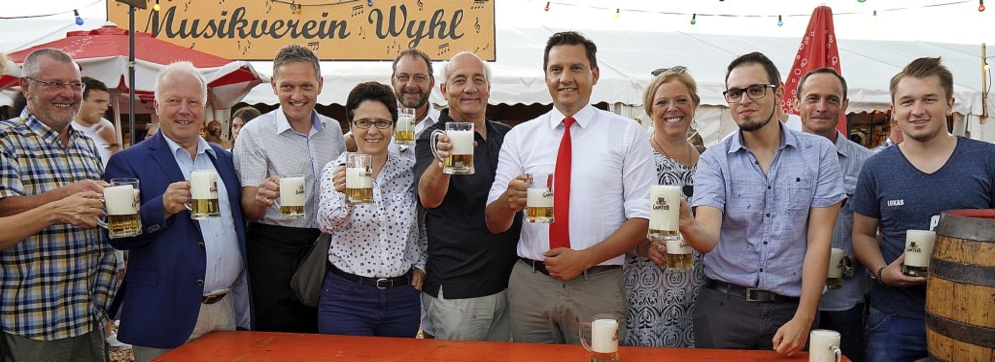 Viel Politprominenz feierte am Samstag...Eröffnung des Wyhler Gassenfests mit.   | Foto: Jürgen Schweizer