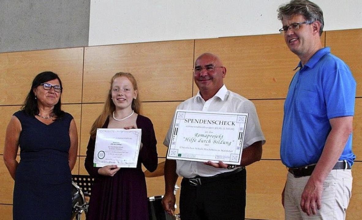 Freuen sich über den Preis (von links)...an Fehlberg, Mitglied der Schulleitung  | Foto: Dorothea Gebauer