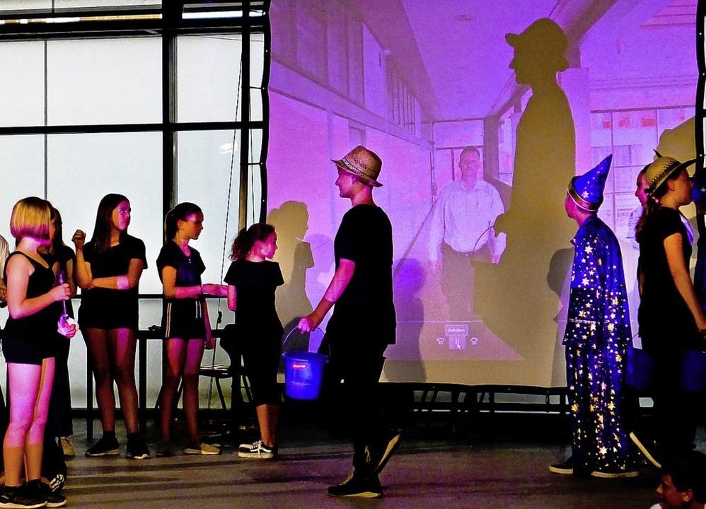 Mobile Bühne: Die Theater-AG spielt im Schulhaus  | Foto: Ute Schöler