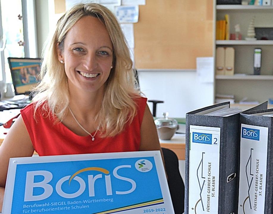 Rektorin Susanne Schwer mit dem neuen Boris-Siegel.  | Foto: Sebastian Barthmes
