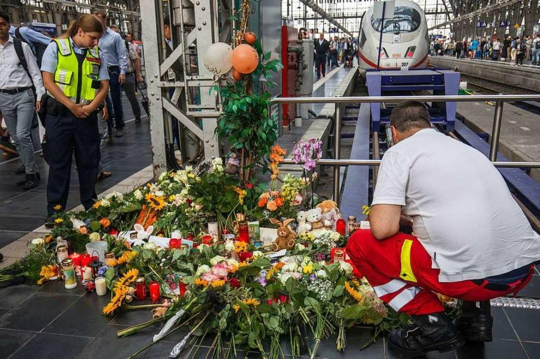 Ein Sanitäter am Gleis, Menschen haben... den achtjährigen Jungen niedergelegt.  | Foto: Frank Rumpenhorst (dpa)