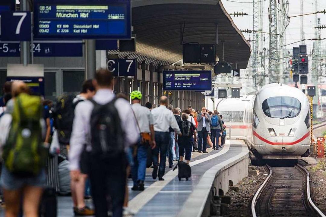 Ein ICE fährt in den Frankfurter Hauptbahnhof ein.  | Foto: Frank Rumpenhorst (dpa)