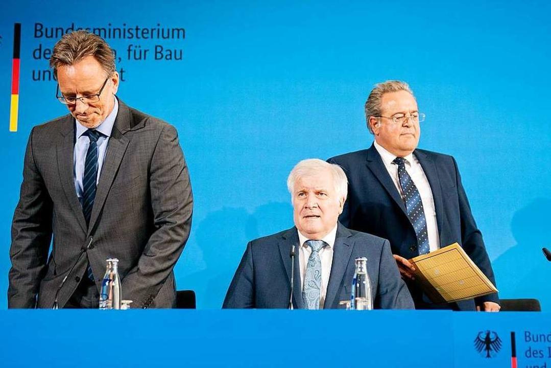 Bundesinnenminister Horst Seehofer (Mi...enz von ersten Ermittlungsergebnissen.  | Foto: Kay Nietfeld (dpa)