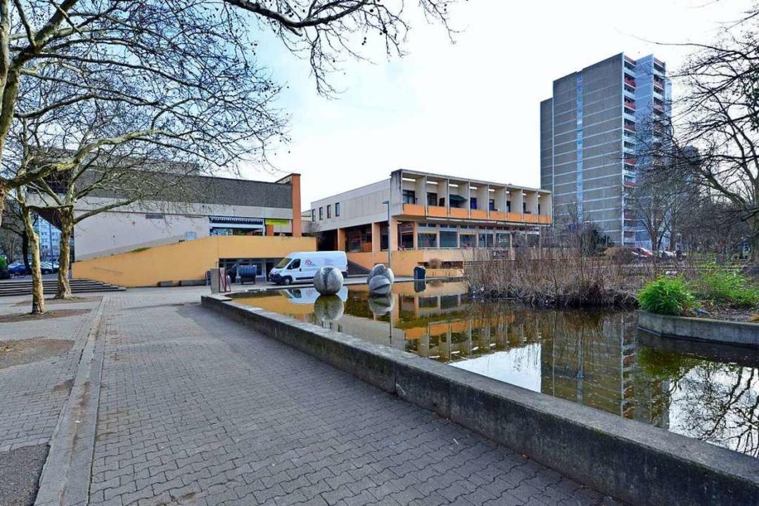 Das bisherige Einkaufszentrum in Landw...rd ab 2020 durch einen Neubau ersetzt.  | Foto: Michael Bamberger