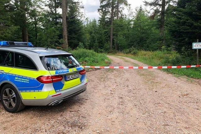 Zwei Leichen in einem Zelt geben der Polizei Rätsel auf