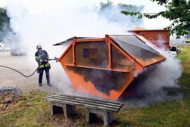 Unbekannte setzten Restmüll-Container in Brand