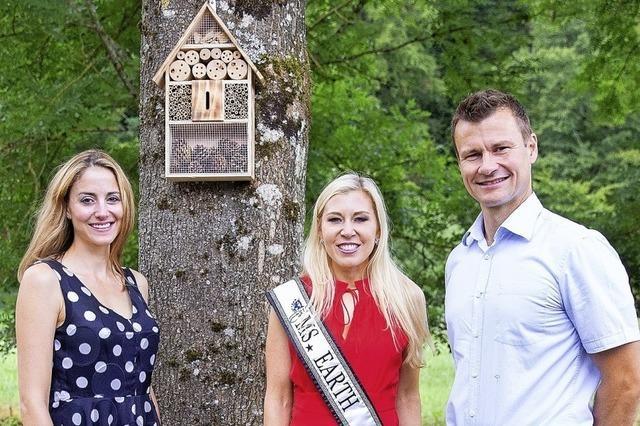 Miss Earth bringt ein Insektenhotel mit