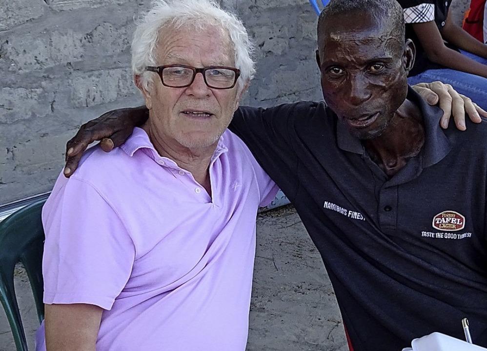 Prof. Reimer Gronemeyer mit einem namibischen Freund in Ondangwa.  | Foto: privat
