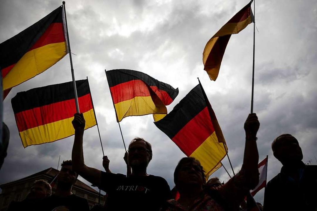 Wehende Fahnen beim Wahlkampfauftakt der AfD in Brandenburg Mitte Juli    Foto: Christoph Soeder