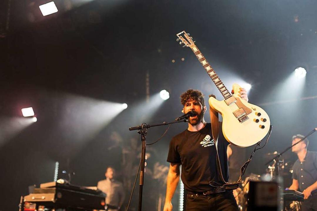 Sänger  Yannis Philippakis beim Auftri... Mittwochabend im Zirkuszelt beim  ZMF  | Foto: Carlotta Huber