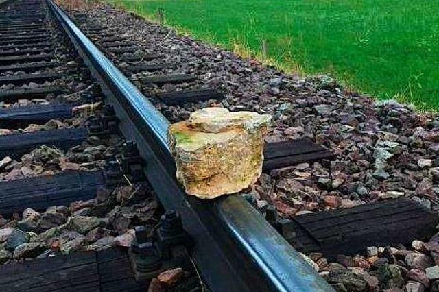 Steine auf den Gleisen der Münstertalbahn
