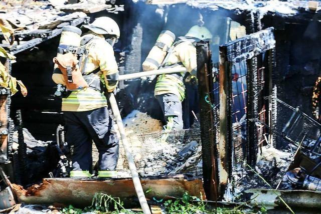 Feuerwehr löscht Brand in einer Gartenhütte in Freiburg-St. Georgen