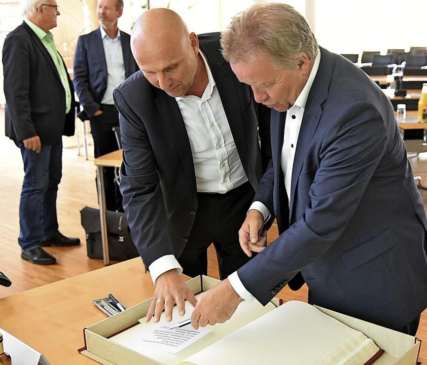 Umweltminister Franz Untersteller trug sich in das Goldene Buch der Stadt ein.   | Foto: Benedikt Sommer