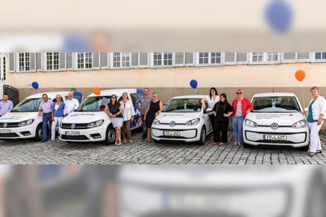 Fünf soziale Dienste freuen sich über neue Autos